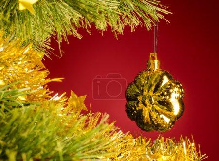 Photo pour Jouet jaune sur l'arbre de Noël - image libre de droit