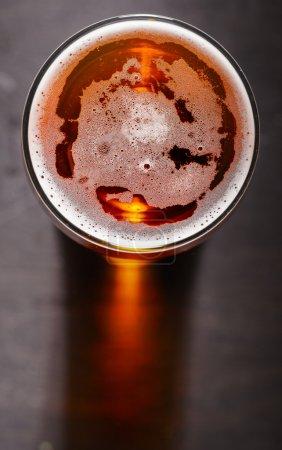 bière blonde sur la table