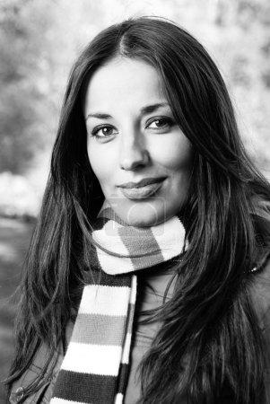 Photo pour Portrait en gros plan d'une belle femme d'automne - image libre de droit