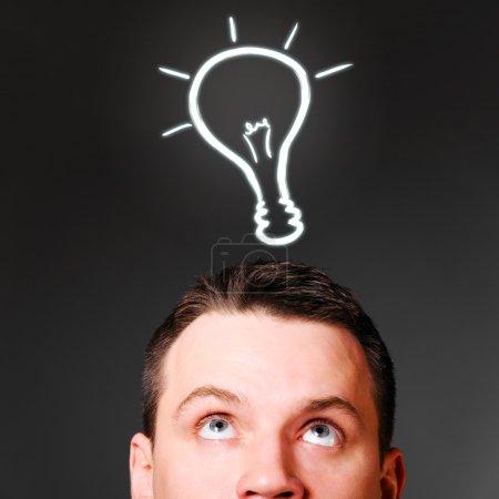 Photo pour Tête masculine avec ampoule, concept d'idée - image libre de droit