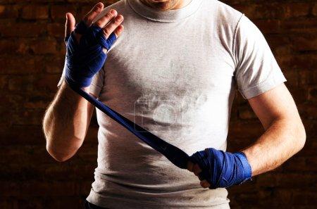 Photo pour Combattant se prépare contre le mur de briques - image libre de droit