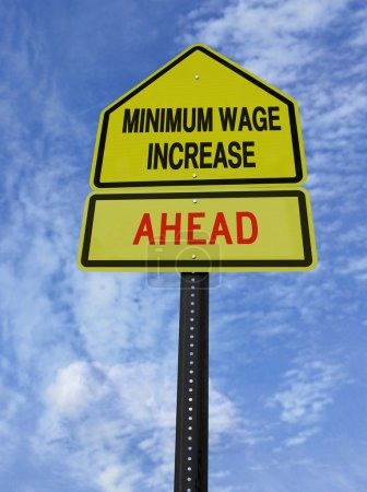 Foto de Signo conceptual con salario mínimo palabras aumenta adelante sobre cielo azul - Imagen libre de derechos