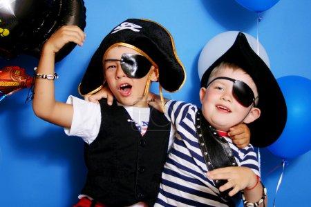 Foto de Dos piratas sobre un fondo azul - Imagen libre de derechos