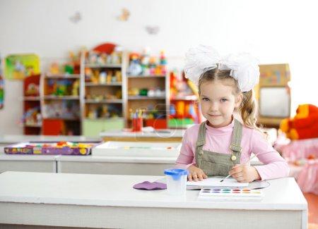Foto de Una imagen de una niña en el jardín de la infancia - Imagen libre de derechos