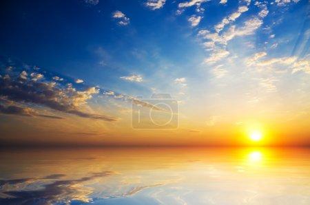 Photo pour Coucher de soleil mystique orange sur la mer - image libre de droit