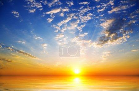 Photo pour Fond de ciel sur le lever du soleil. composition de la nature. - image libre de droit