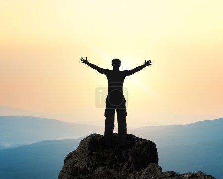 Photo pour Homme au sommet de la montagne. Conception conceptuelle. - image libre de droit