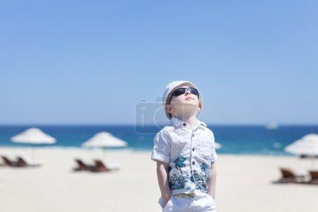 Photo pour Bébé mignon à la plage tropicale vide - image libre de droit