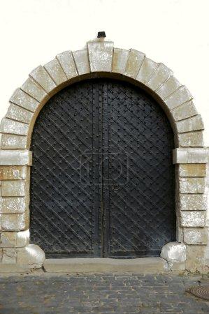 Foto de Vieja puerta arqueada en la pared - Imagen libre de derechos