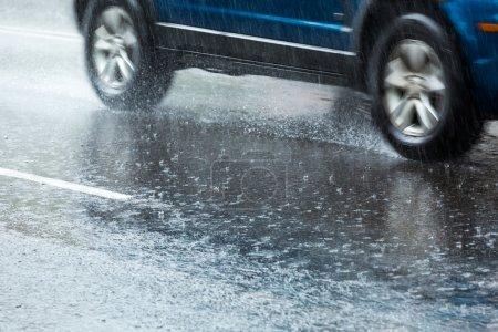 Photo pour Forte pluie sur la rue de la ville - image libre de droit