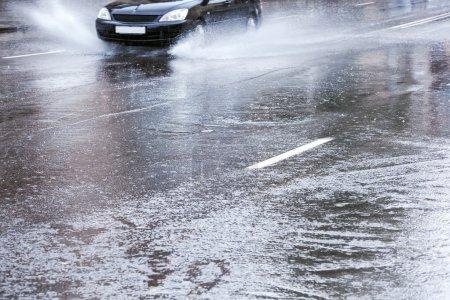 Photo pour Voiture sur route très humide - image libre de droit