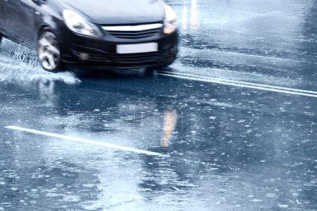 Photo pour Conduite dans une route inondée après de fortes pluies - image libre de droit