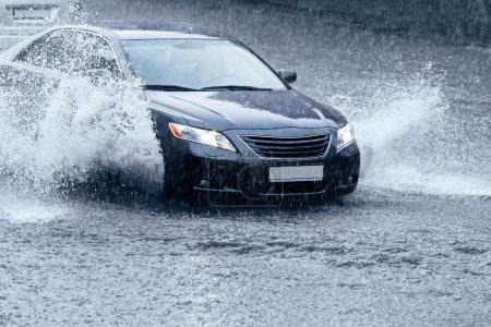 Photo pour Voiture conduite dans la ville rue après la pluie - image libre de droit