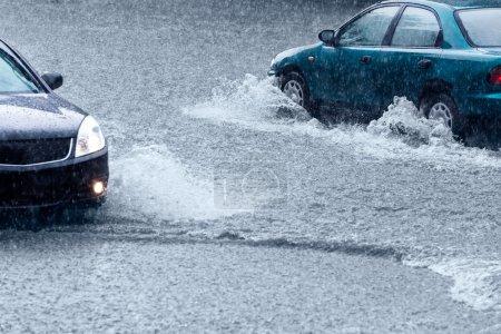 Photo pour Trafic lent sur la rue inondée - image libre de droit