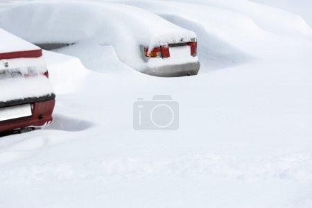Photo pour Voitures sous la neige après blizzard - image libre de droit