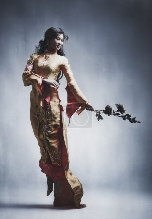 Photo pour Jeune femme asiatique élégante. couleurs de style de film. - image libre de droit