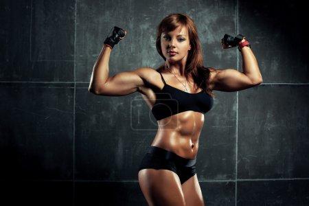 Photo pour Jeune femme sportive sur fond de mur . - image libre de droit