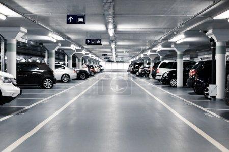 Photo pour Parking souterrain avec voitures. Couleurs blanches . - image libre de droit