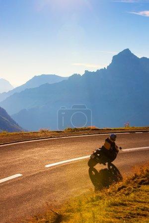 Photo pour Route de montagnes Alpes avec motocycliste. - image libre de droit