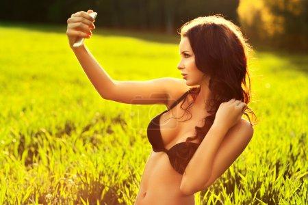 Photo pour Jeune femme sexy faisant autoportrait . - image libre de droit