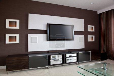 Photo pour Intérieur de la salle de cinéma maison moderne avec télévision à écran plat - image libre de droit