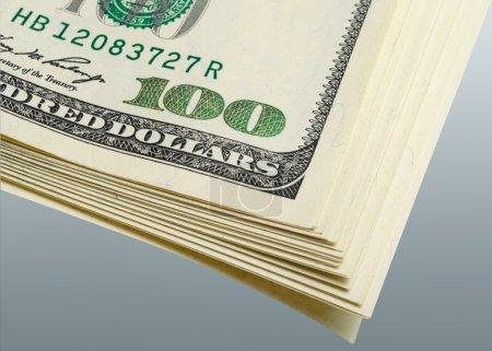 Photo pour Paquets de fragments de dollars sur un fond gris gros plan . - image libre de droit