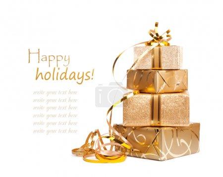 Photo pour Belles boîtes cadeaux en papier d'emballage doré isolé sur un fond blanc - image libre de droit