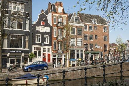 Photo pour Amsterdam est l'une des plus grandes petites villes du monde et l'une des plus romantiques et des plus belles villes d'Europe . - image libre de droit