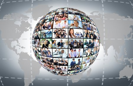 Photo pour Un globe est isolé sur fond blanc avec nombreuses entreprises différentes - image libre de droit