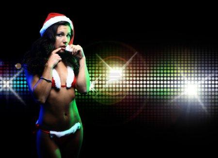 Photo pour Portrait de belle fille portant des vêtements santa claus sur fond disco - image libre de droit