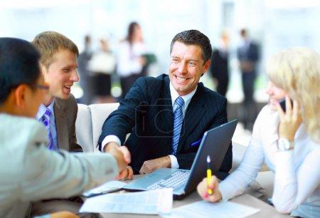 Photo pour Serrer la main d'affaires, finir une réunion - image libre de droit