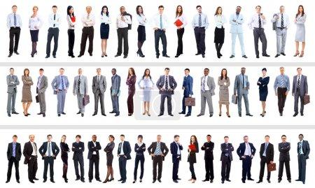 Photo pour Groupe d'entreprises debout dans un huddle, souriant, vue de bas angle - image libre de droit