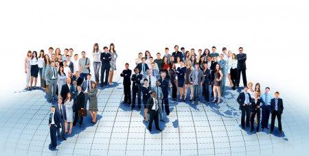 Photo pour Gens d'affaires de l'équipe avec carte du monde - image libre de droit
