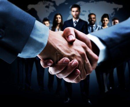 Foto de Apretón de manos aislado en el fondo empresarial - Imagen libre de derechos