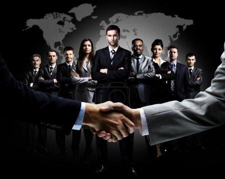 Photo pour Poignée de main isolée sur fond d'entreprise - image libre de droit