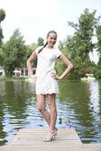 Mladá žena v letních šatech