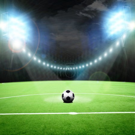 Photo pour Terrain de football avec les projecteurs lumineux - image libre de droit