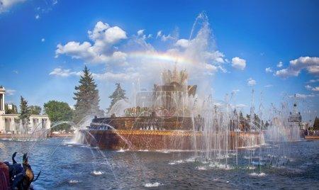 Photo pour Fontaine « kamenny tsvetok » (fleur de Pierre) avec rainbow, vdnkh (centre d'exposition de toute la Russie), Moscou, Russie - image libre de droit