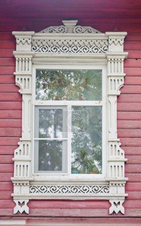 Photo pour Fenêtre à linteau en bois dans la maison nationale russe - image libre de droit