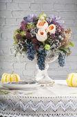 Tabulka nastavení s květiny dekorace