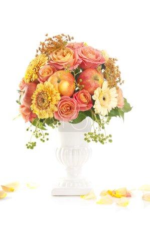 Photo pour Bouquet d'automne avec pomme en vase sur fond blanc - image libre de droit