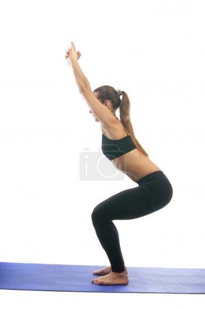 Photo pour Yoga seria : Parivrtta Ardha Utkatasana, est également appelé pose de chaise isolé sur fond blanc - image libre de droit