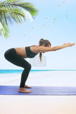 Photo pour Seria de yoga : Ardha Utkatasana, est également appelé pose de chaise - image libre de droit