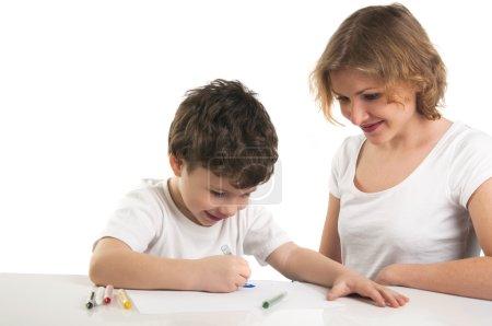 Photo pour Portrait de mère avec fils peinture avec des crayons isolés sur fond blanc - image libre de droit