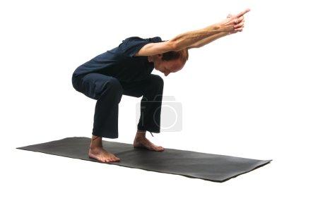 Photo pour Yoga seria : Ardha Utkatasana, est également appelé pose de chaise isolé sur fond blanc - image libre de droit