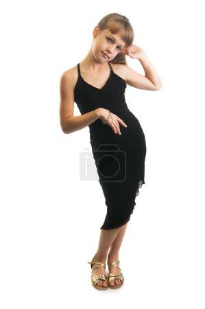 Photo pour Mignonne petite fille à maman gros talons chaussures et robe noire isolée sur la robe blanche - image libre de droit