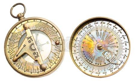 Photo pour Vieille horloge métallique vintage avec fuseaux horaires et boussole isolée sur fond blanc - image libre de droit