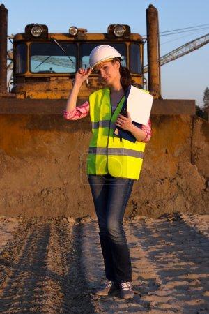 Photo pour Jolie femme travaillant sur le chantier journée ensoleillée - image libre de droit