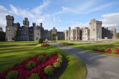 Photo pour Château médiéval et hôtel au soleil à Ashford, Mayo, Irlande - image libre de droit
