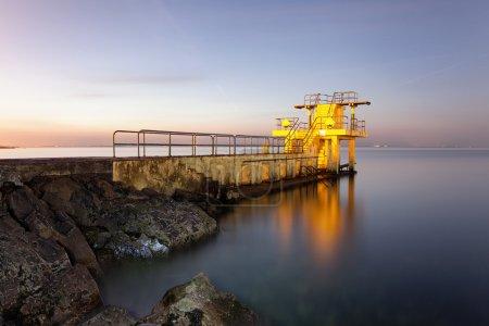 Photo pour Avant le lever du soleil au plongeoir Blackrock. Salthill, Galway - image libre de droit